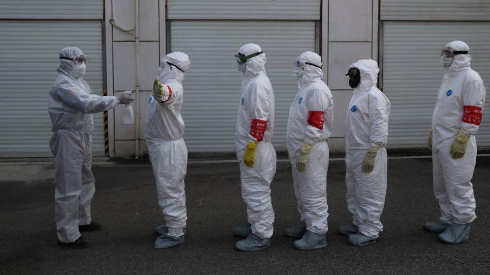 Foto: Varios voluntarios son desinfectados en Wuhan. (Reuters)