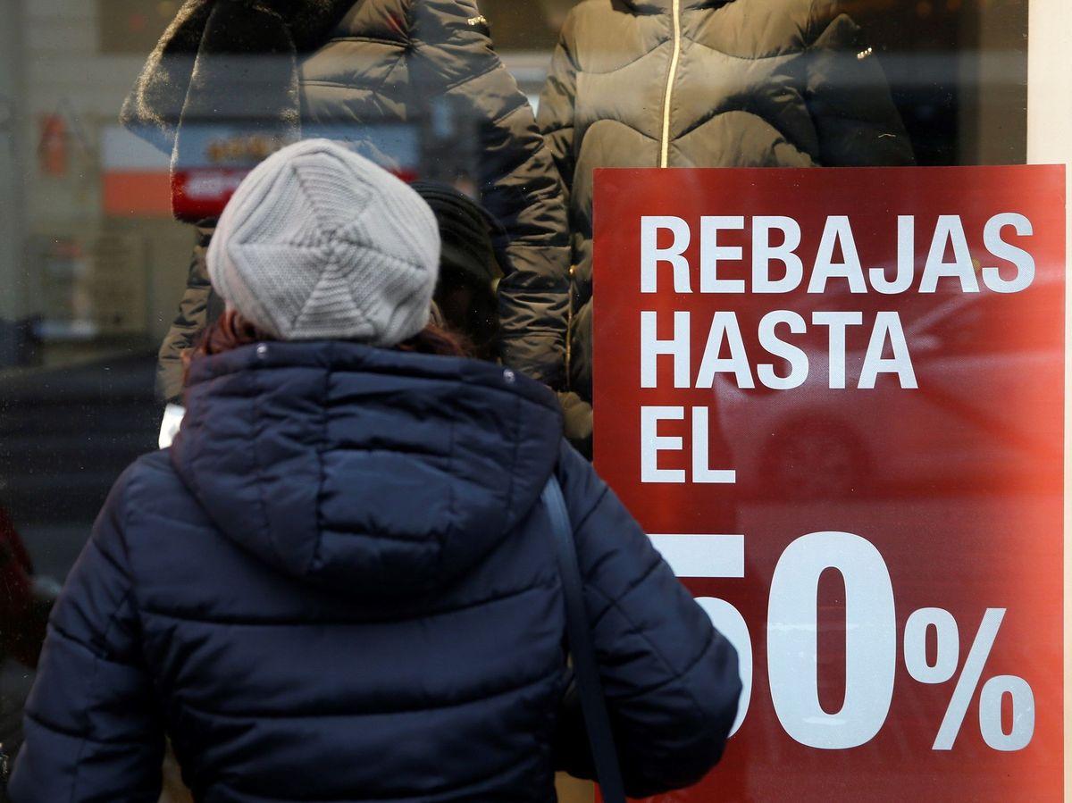 Foto: Una mujer observa el escaparate de una tienda (EFE)