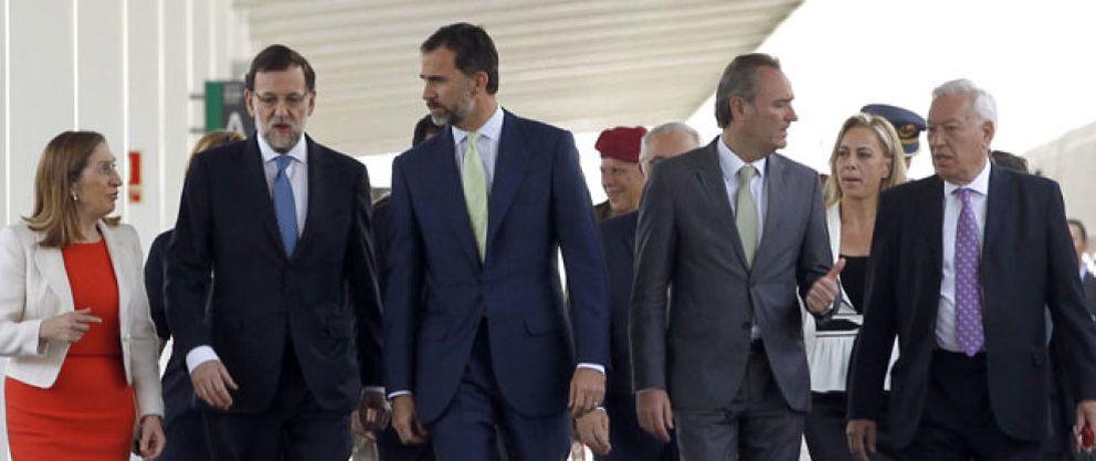 Foto: Petardos, banderas republicanas y la alcaldesa imputada enturbian el AVE al Príncipe y Rajoy
