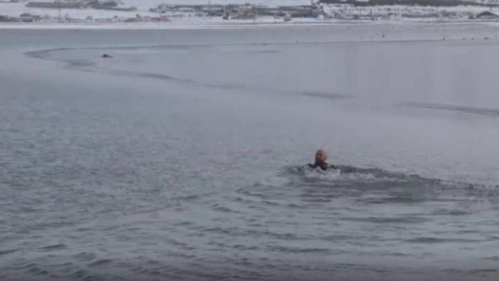 Espectacular rescate de un perro de un lago helado en Turquía