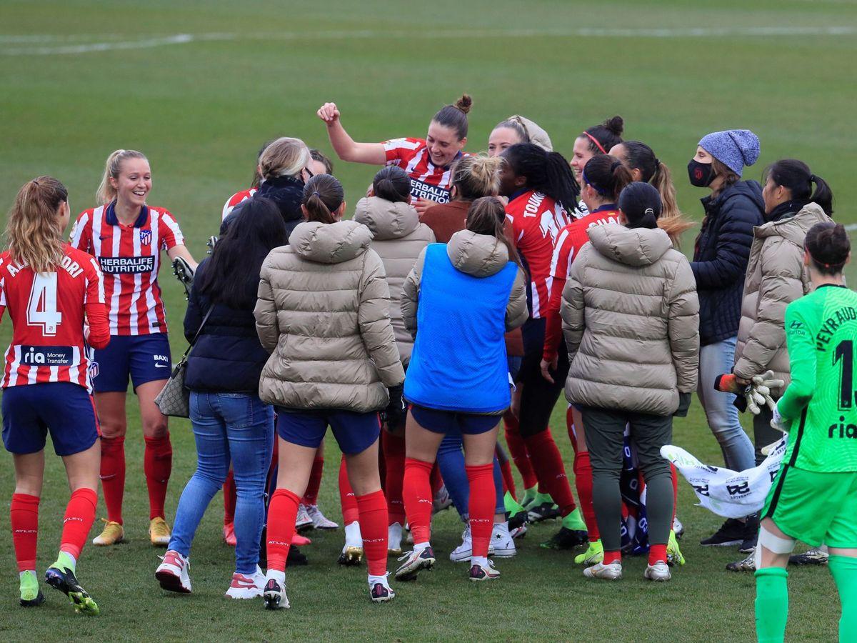 Foto: Las jugadoras del Atlético de Madrid celebran su victoria frente al Real Madrid. (Efe).