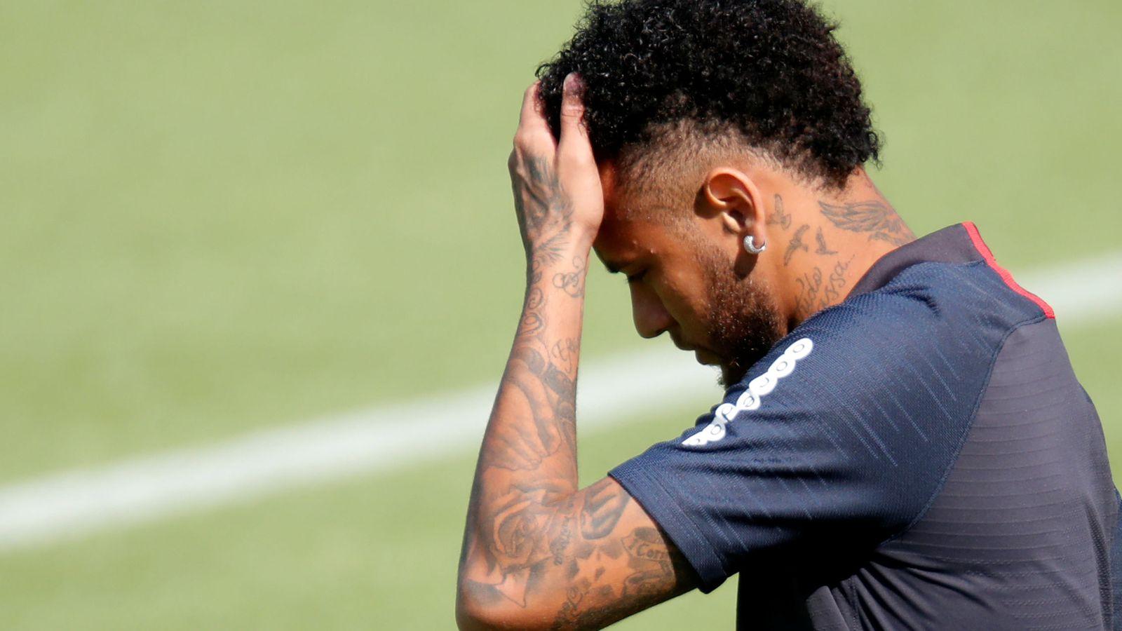 Foto: Neymar se lleva la mano a la cabeza en un entrenamiento con el Paris Saint Germain. (Efe)