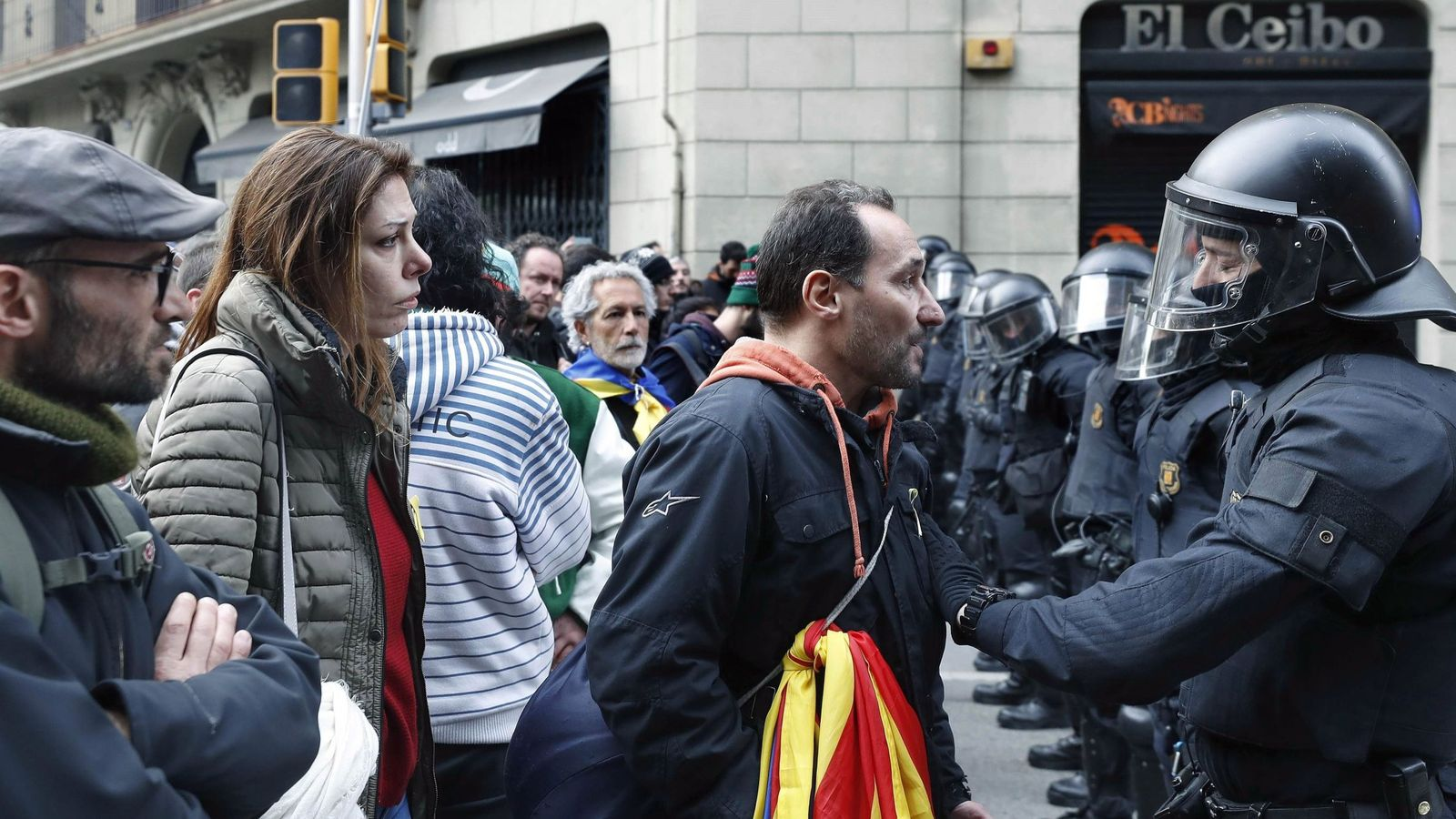 Foto: Miembros de los Mossos d'Esquadra impiden el paso de manifestantes en las inmediaciones de la Delegación del Gobierno en Barcelona, en una protesta convocada por los CDR. (EFE)