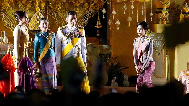 El rey de Tailanda, junto a la reina Suthida y Sineenat, la concubina. (EFE)