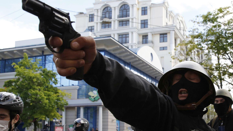 Un prorruso apunta a simpatizantes del Gobierno de Kiev en Odesa (Reuters).