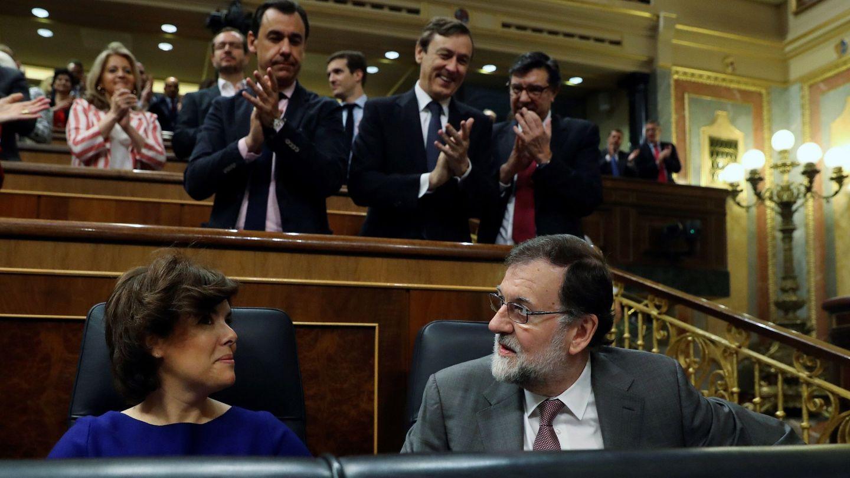 Rajoy recibe los aplausos del PP. (EFE)