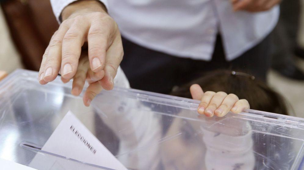 Foto: Un votante deposita su voto en una urna. (EFE)