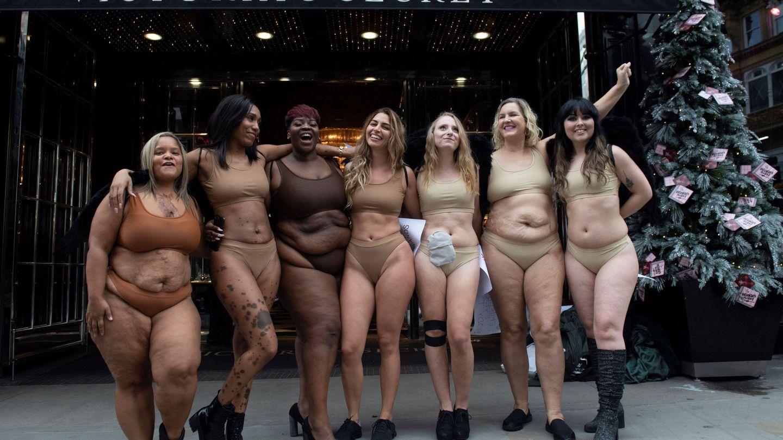 Un grupo de mujeres participa en una protesta contra la falta diversidad en la marca. (EFE)
