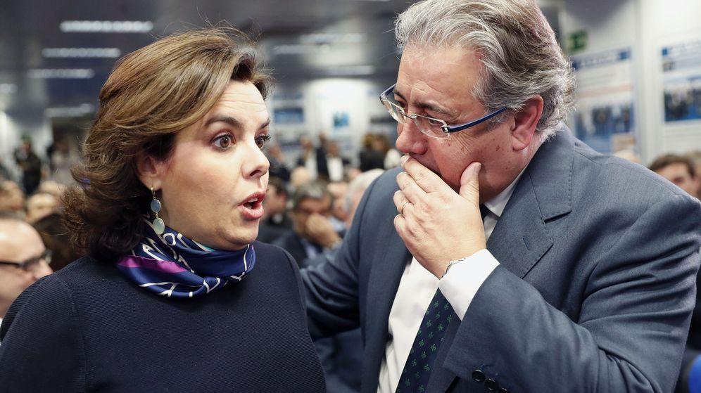 Foto: Imagen de archivo del exministro del Interior, Juan Ignacio Zoido, y la candidata a presidir el PP, Soraya Sáenz de Santamaría. (EFE)