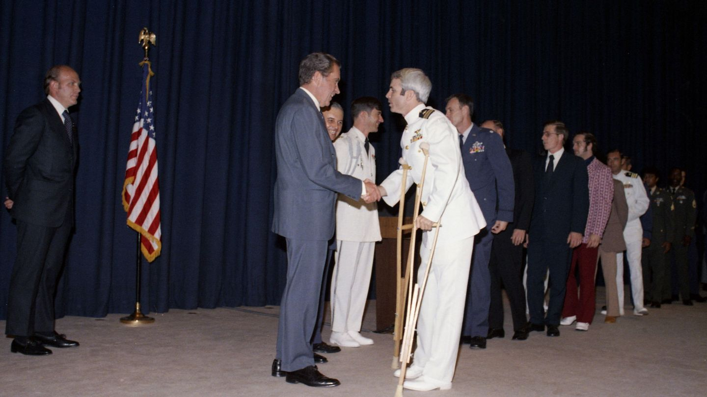 Richard Nixon recibe a McCain en 1973 tras cinco años prisionero en Vietnam. (EFE)