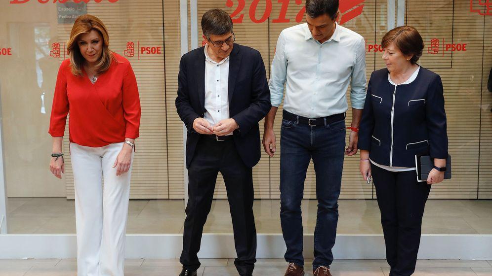 Foto: Los candidatos a la Secretaría General del PSOE, Susana Díaz (i), Patxi López (2i) y Pedro Sánchez (2d), posan junto a la periodista Carmen del Riego. (EFE)