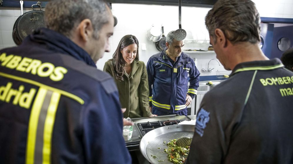 Foto: La concejal de Ciudadanos, Begoña Villacís, con los bomberos de Madrid. (EFE)