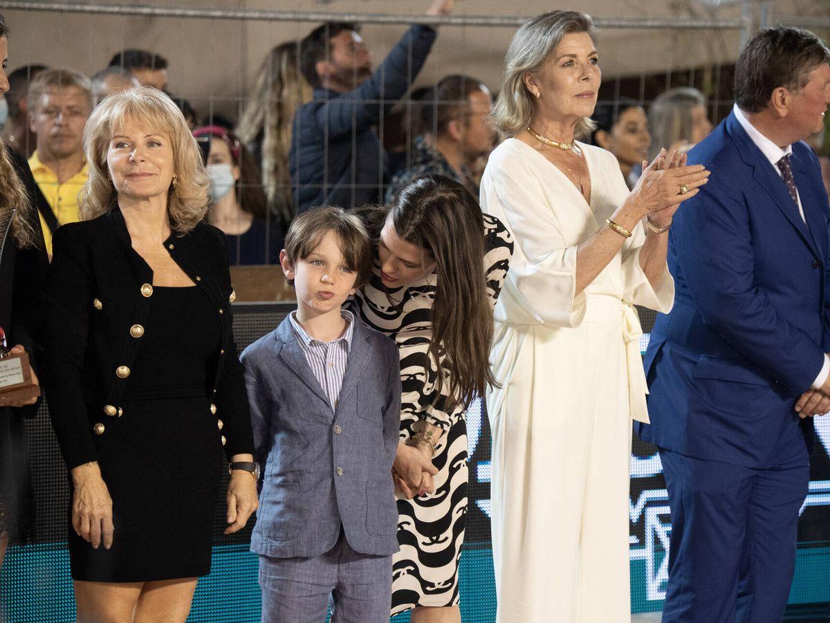 Foto: Carlota Casiraghi y su hijo junto a Carolina de Mónaco. (Getty)