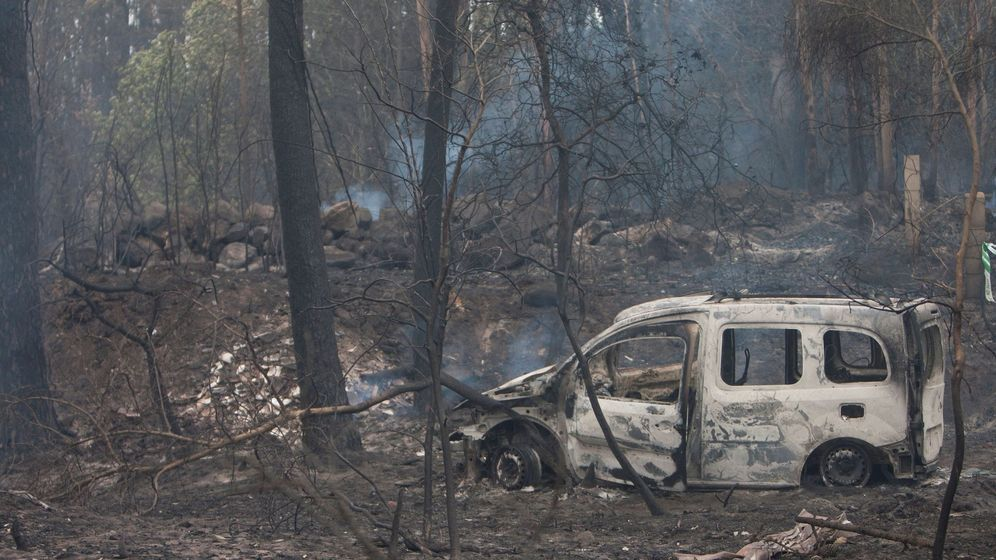 Foto: El coche donde fallecieron dos mujeres, víctimas del fuego, en la zona de Chandebrito en Nigrán, Pontevedra. (Foto: EFE)