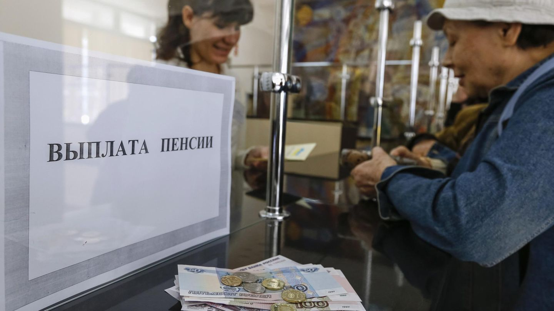 Una mujer recibe su pensión en rublos rusos en una oficina postal de Simferópol (Reuters).