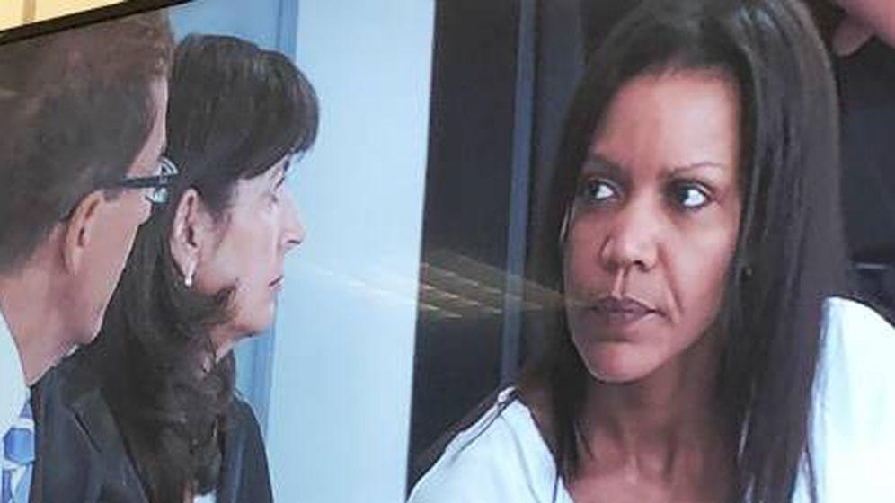 Foto:  Ana Julia Quezada, hablando con sus abogados. Foto de la señal interna de TV durante el jucio (A. Rivera)