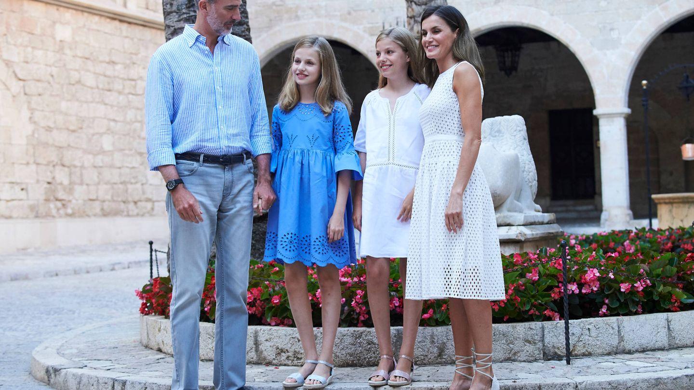Los reyes Felipe y Letizia y sus hijas, Leonor y Sofía, en la Almudaina esta semana. (Limited Pictures)