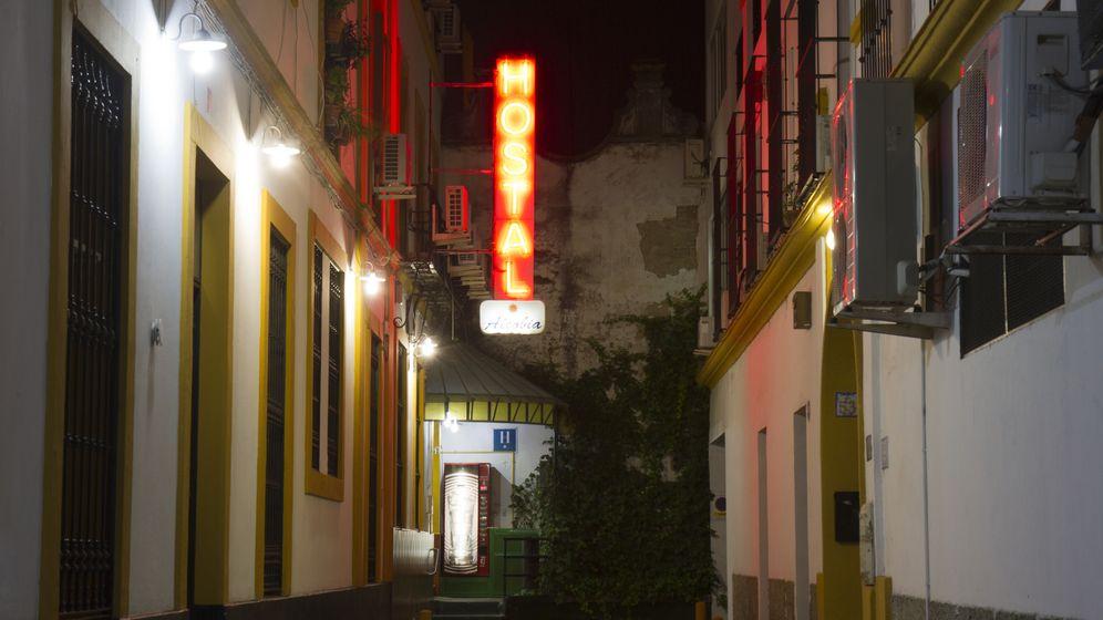 Foto: Letrero de un hostal en una calle de Sevilla. (Nathan Report/CC)