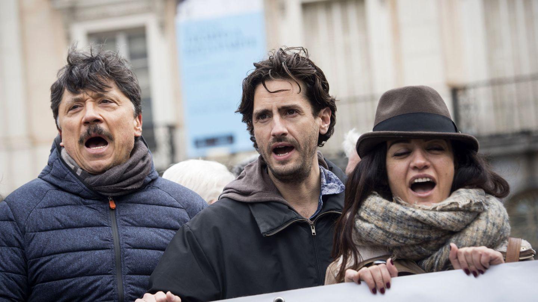 Junto a Carlos Bardem en  una concentración en Madrid bajo el lema 'la ficción no es delito. Soy titiritero'. (EFE)