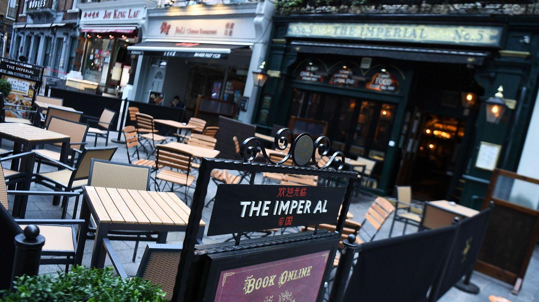 Mesas vacías en un pub en Londres. (EFE)