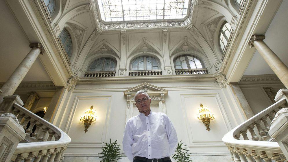 Foto: El alcalde de Valencia, Joan Ribó, posa en las escaleras de la sede consistorial. (EFE)