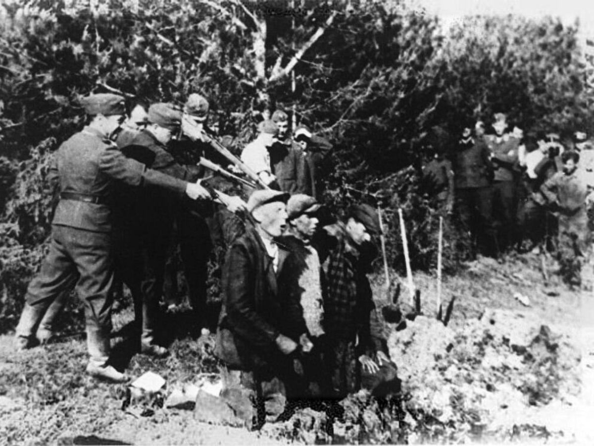 Foto: Miembros del grupo Einsatzgruppen ejecutando a judíos tras la Operación Barbarrossa