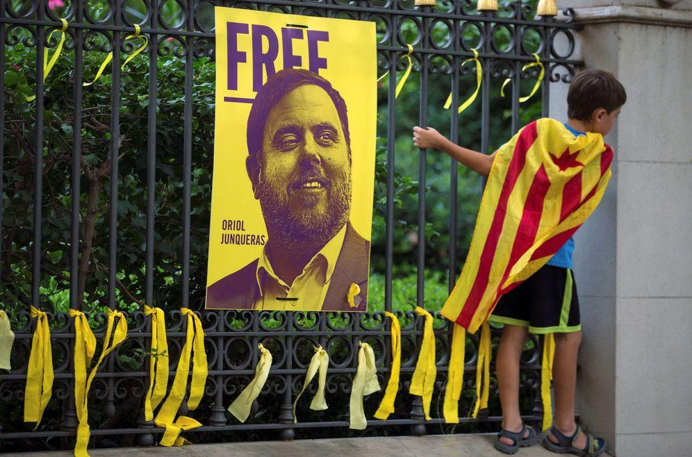 Foto: Lazos amarillos colocados ante una fotografía de Oriol Junqueras en Barcelona, el pasado 11 de septiembre. (EFE)