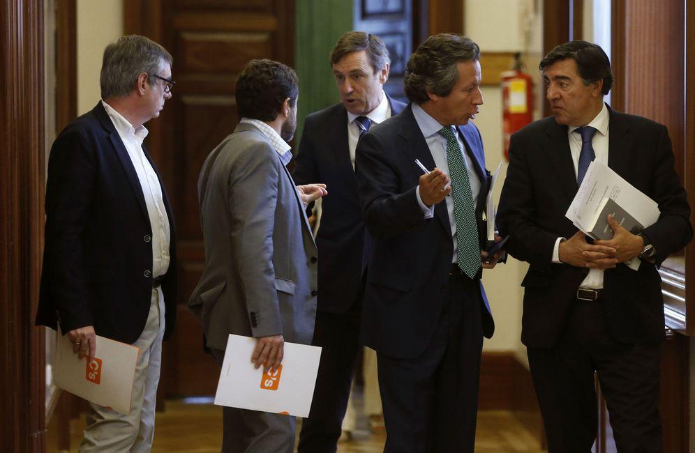 Foto: Los dirigentes de C's José Manuel Villegas y Miguel Gutiérrez, con el portavoz del PP, Rafa Hernando, y sus compañeros Carlos Floriano y José Antonio Bermúdez de Castro, este miércoles. (EFE)