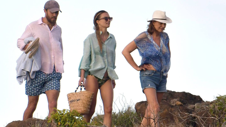James y Alizee junto a Carole Middleton en el Caribe. (Cordon Press)