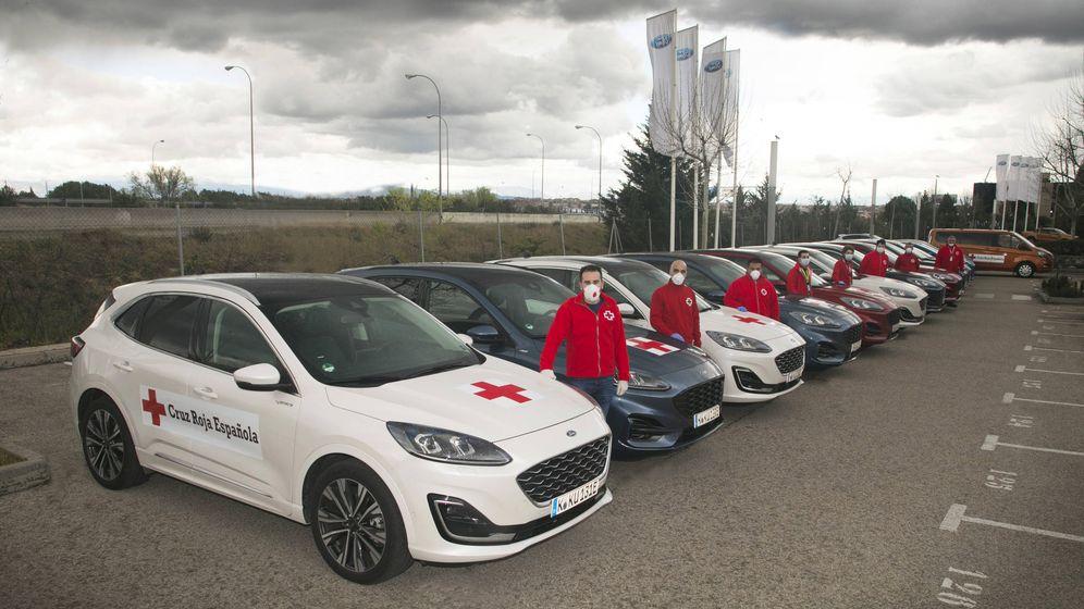 Foto: Parte de la flota que Ford España ha cedido a la Cruz Roja.