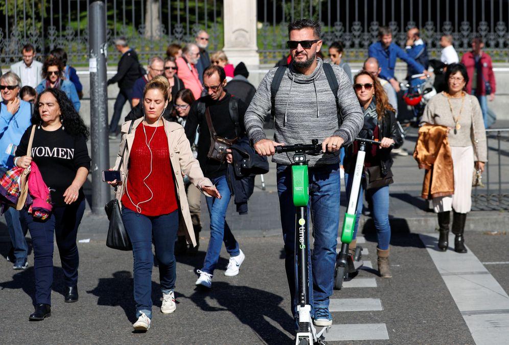 Foto: Un usuario de patinete compartido en Madrid. (Reuters)
