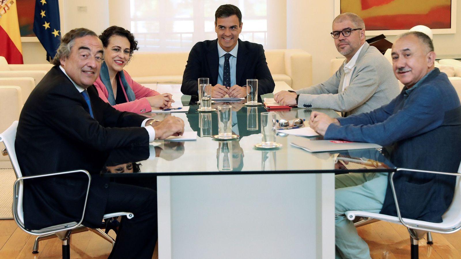 Foto: El presidente del Gobierno, Pedro Sánchez, en una reunión con los agentes sociales y la ministra de Trabajo, Magdalena Valerio. (EFE)