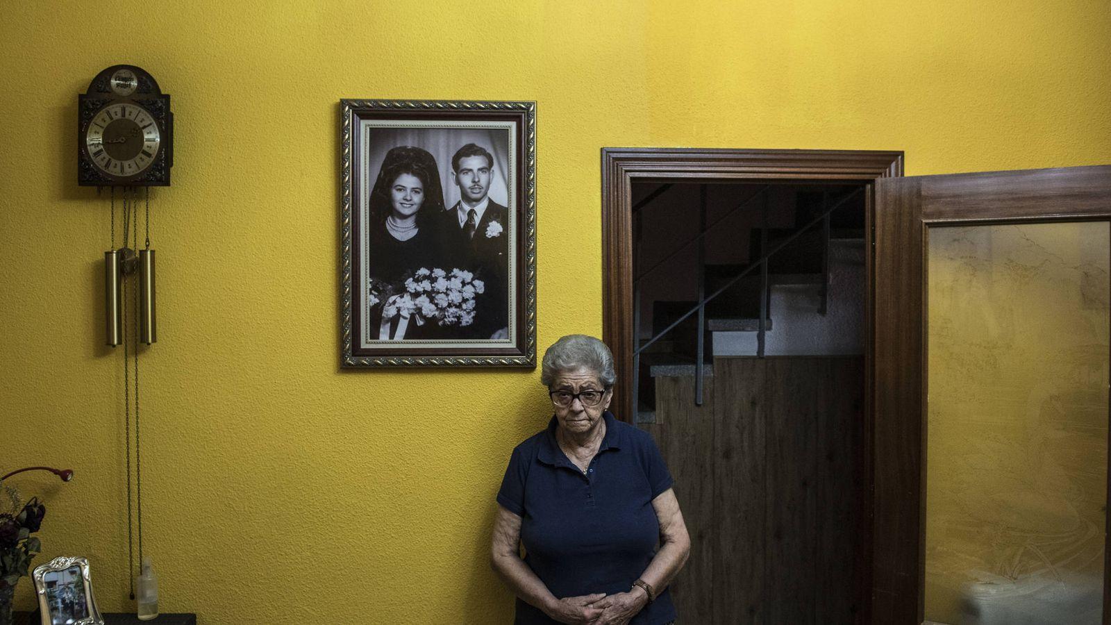 Foto: María Luisa, la anciana de Torres de Alameda que envenenó a su hijo, en el salón de su casa. Foto: Natalia Lázaro Prevost