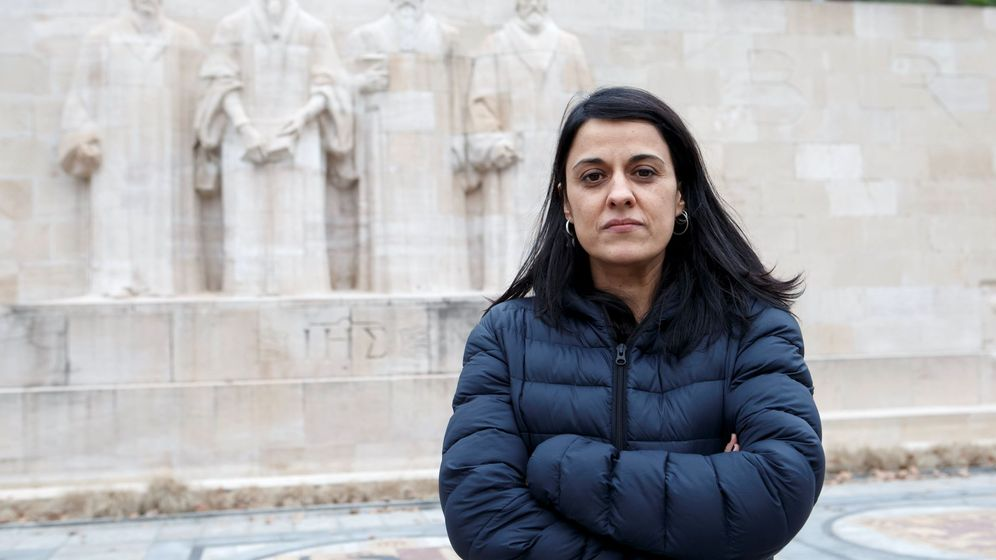 Foto: La exdiputada de la CUP Anna Gabriel posa frente al monumento del Parque de los Bastiones en Ginebra (Suiza). (EFE)