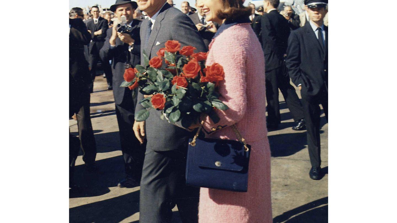 Los Kennedy llegando al aeropuerto de Dallas. (Wikipedia)