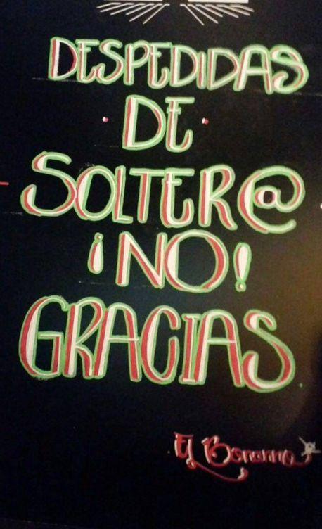 Foto: Primer cartel de La Latina que frena el paso a los grupos que celebran una despedida. (T.B.)