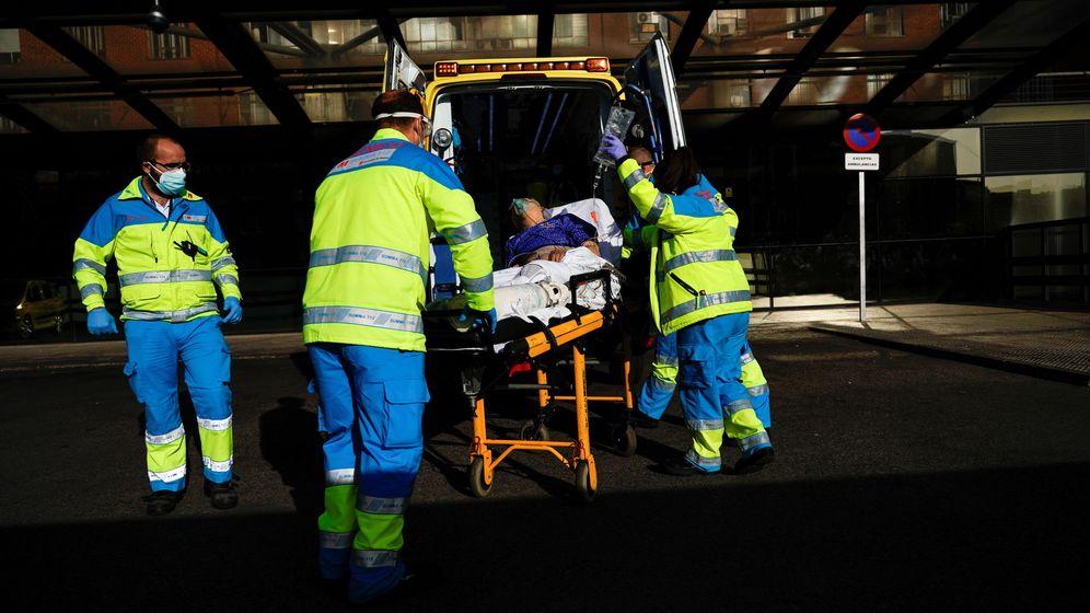 Foto: Sanitarios trasladando a un paciente con coronavirus. (Reuters)