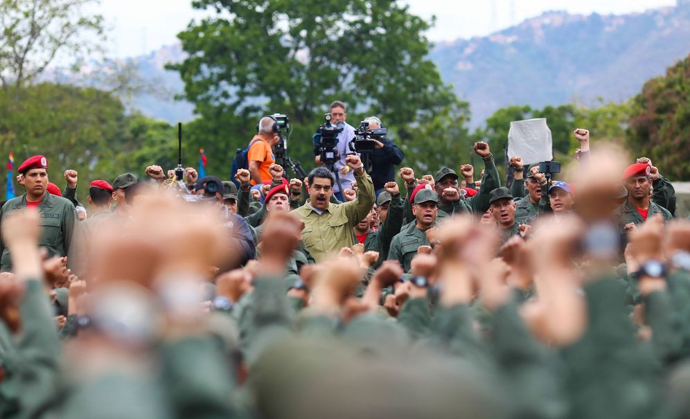 Foto: Nicolás Maduro durante una reunión con soldados en una base militar en Caracas. (Reuters)
