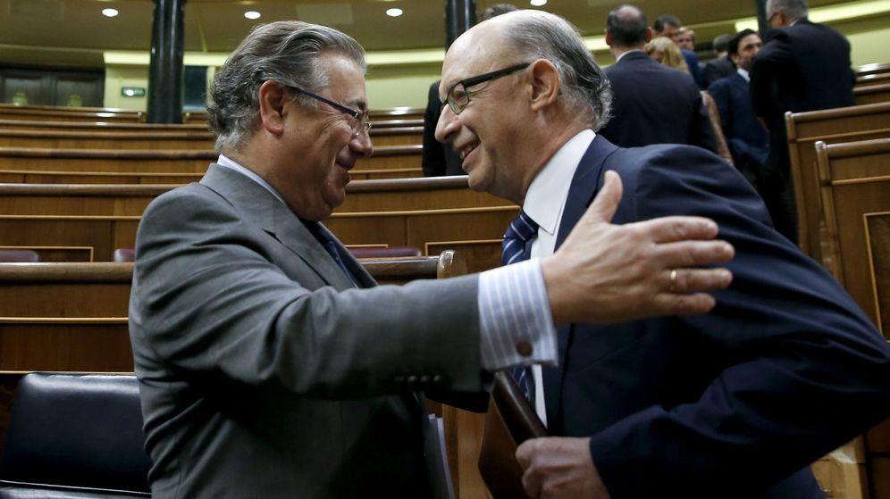 Foto: Juan Ignacio Zoido y Cristóbal Montoro en el Congreso. (EFE)