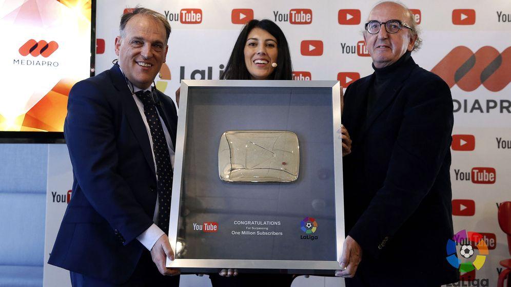 Foto: El presidente de Laliga, Javier Tebas (i), y el presidente de Mediapro, Jaume Roures. (EFE)