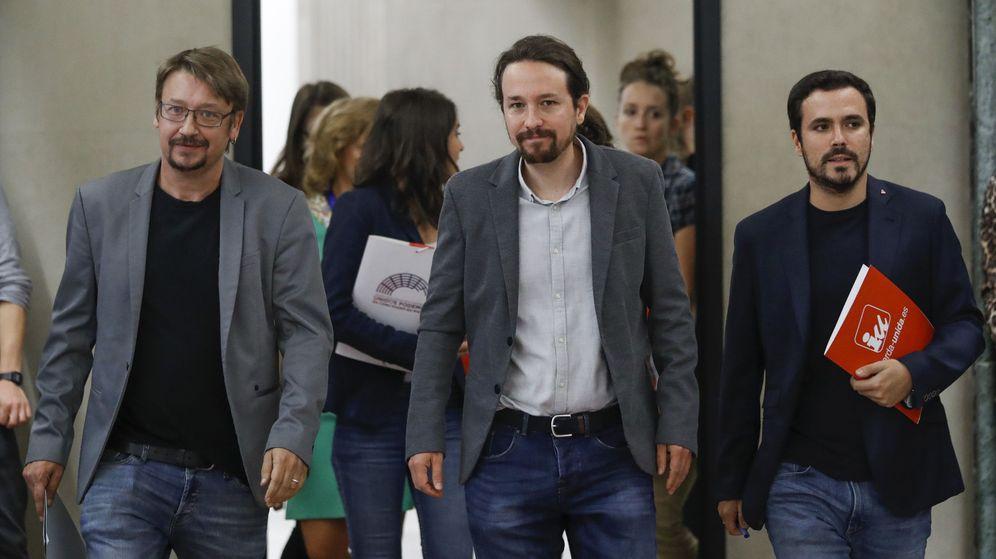 Foto: Pablo Iglesias (c), el coordinador federal de IU, Alberto Garzón (d), y el portavoz de En Comù Podem en el Congreso, Xavier Domènech (i), a su llegada al Congreso. (EFE)
