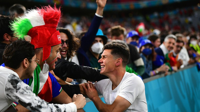 Matteo Pessina celebra con familiares en la grada del Allianz Arena. (Reuters)
