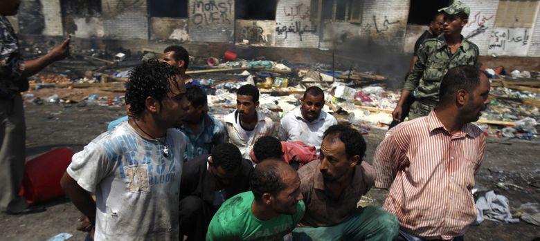 Foto: Islamistas detenidos tras la operación contra el campamento en la plaza de Rabaa Al Adawiya. (Reuters)