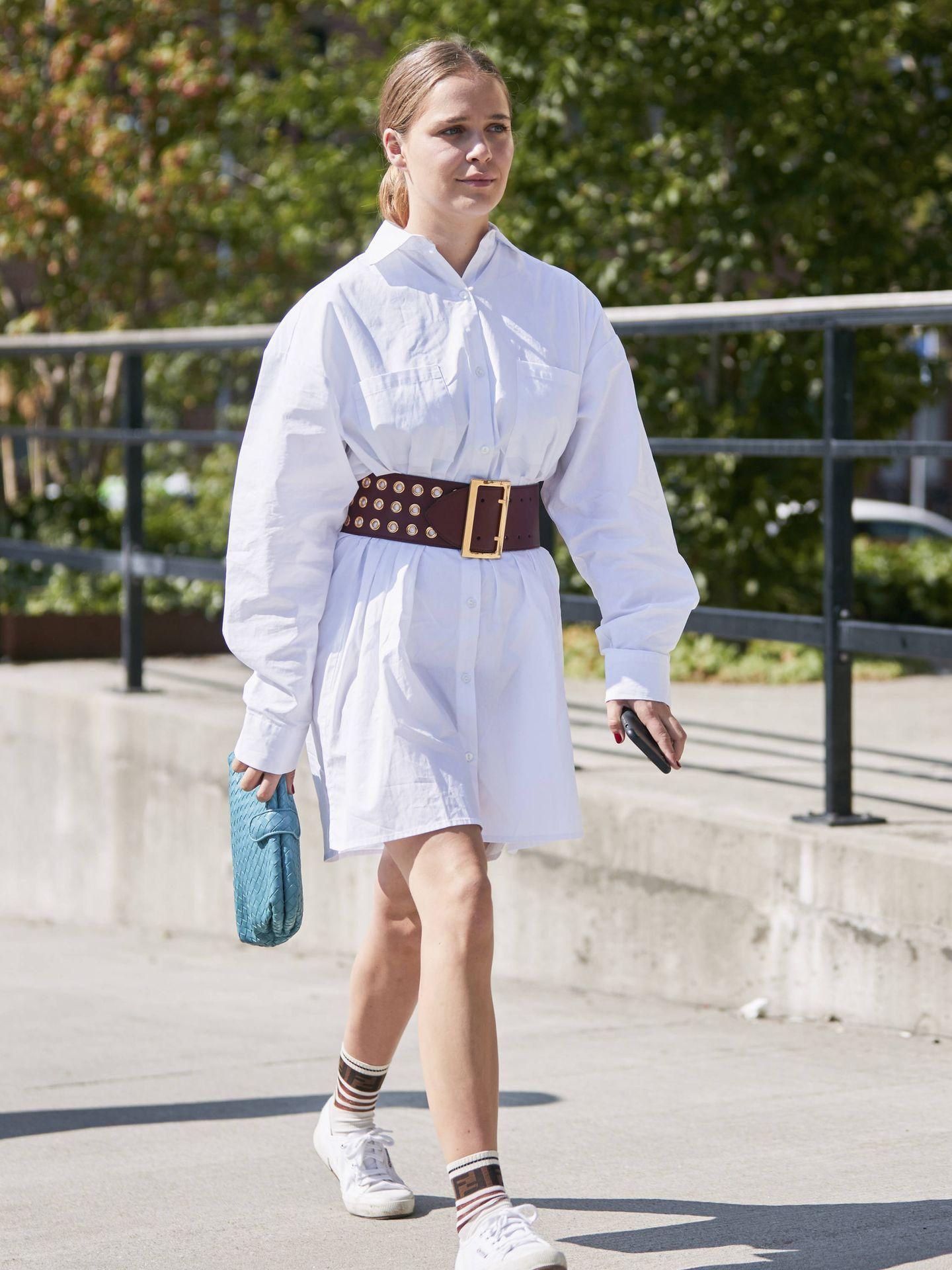 Otro look con vestido y zapatillas. (Imaxtree)