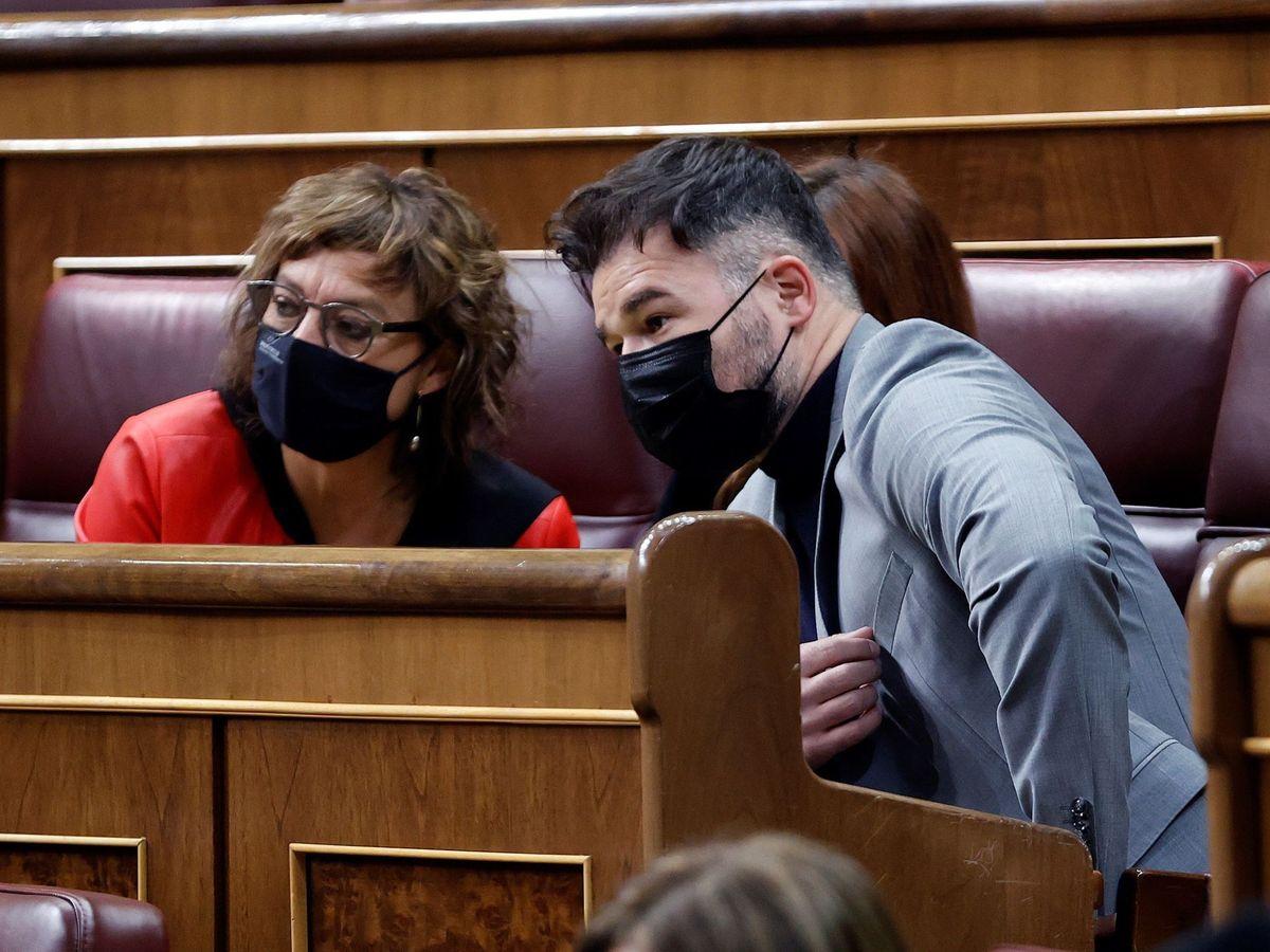 Foto: El portavoz de ERC Gabriel Rufián con su compañera de partido Montserrat Bassa (i). (EFE)