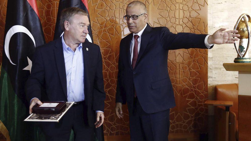 Foto: El primer ministro libio, Ali Zidán, con Javier Clemente cuando fue presentado. (EFE)