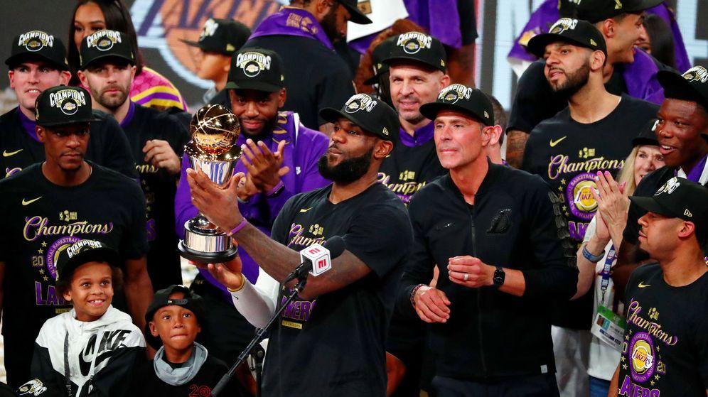 Foto: LeBron James celebra el título de la NBA con los Lakers. (Reuters)