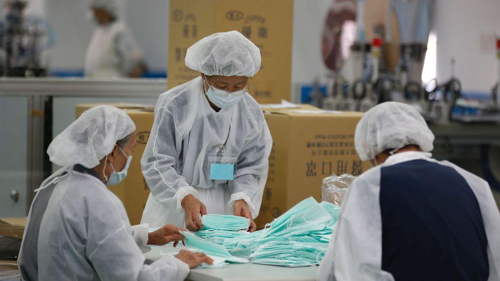 Foto: Una fábrica de mascarillas en Taiwán. (EFE)