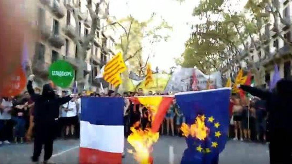 Queman bandera española, francesa y de la UE en la marcha 'anticapi' de la Diada
