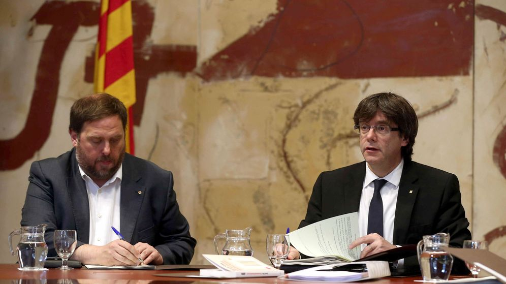 Foto: El presidente de la Generalitat, Carles Puigdemont (d), y su vicepresidente y 'conseller' de Economía, Oriol Junqueras. (EFE)